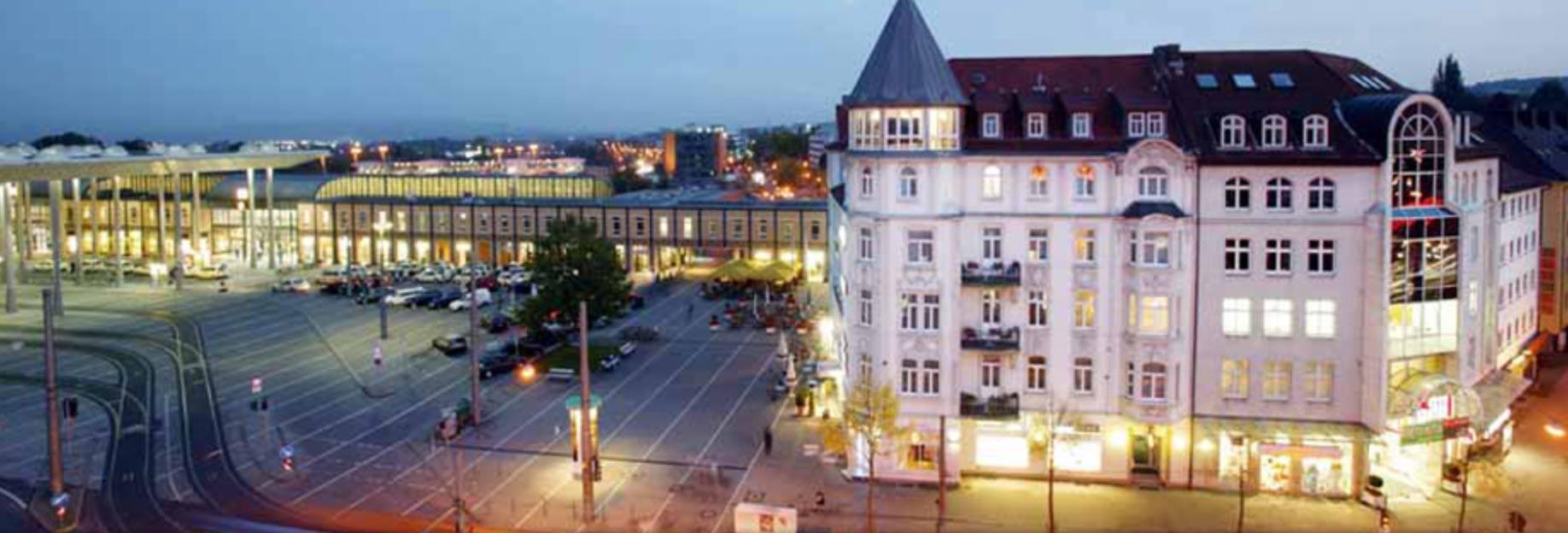 Citycenter-und-Bahnhof-Wilhelmshöhe-in-der-Dämmerung